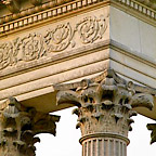 Close-up of the Corinthian capital (top of a pillar) and the decorated entablature.